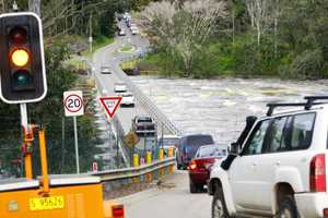 floods14g: Traffic problems were created at the Mt Crosby Allawah Road weir after Colleges Crossing was closed due to flooding. Photo: David Nielsen OC1410DG