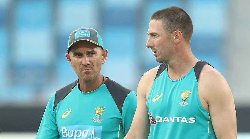 Justin Langer speaks with Shaun Marsh during day three of the first Test against Pakistan in Dubai. Picture:  Ryan Pierse/Getty Images