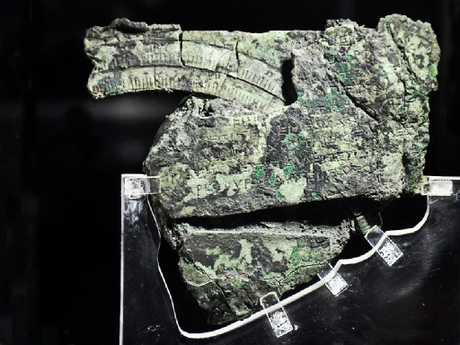 The bronze fragments of the Antikythera machines show detailed, detailed calculation wheels on the front plate of the device.