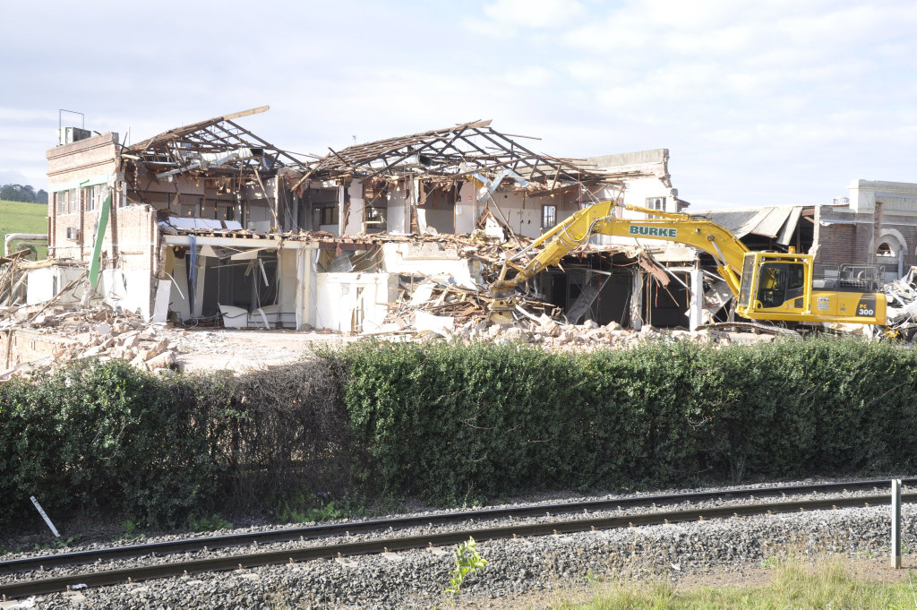 KR Castlemaine Mort St Factory Demolition Photo Nick Houghton / The Chronicle