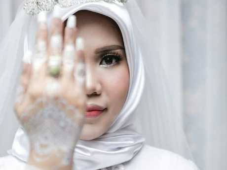 Intan Syari posted for photos in her wedding dress on what should have been the day she married her fiance who died in the Lion Air plane crash.