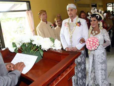 Martin Stephens marries Christine Winarni Puspayanti in Kerobokan jail.