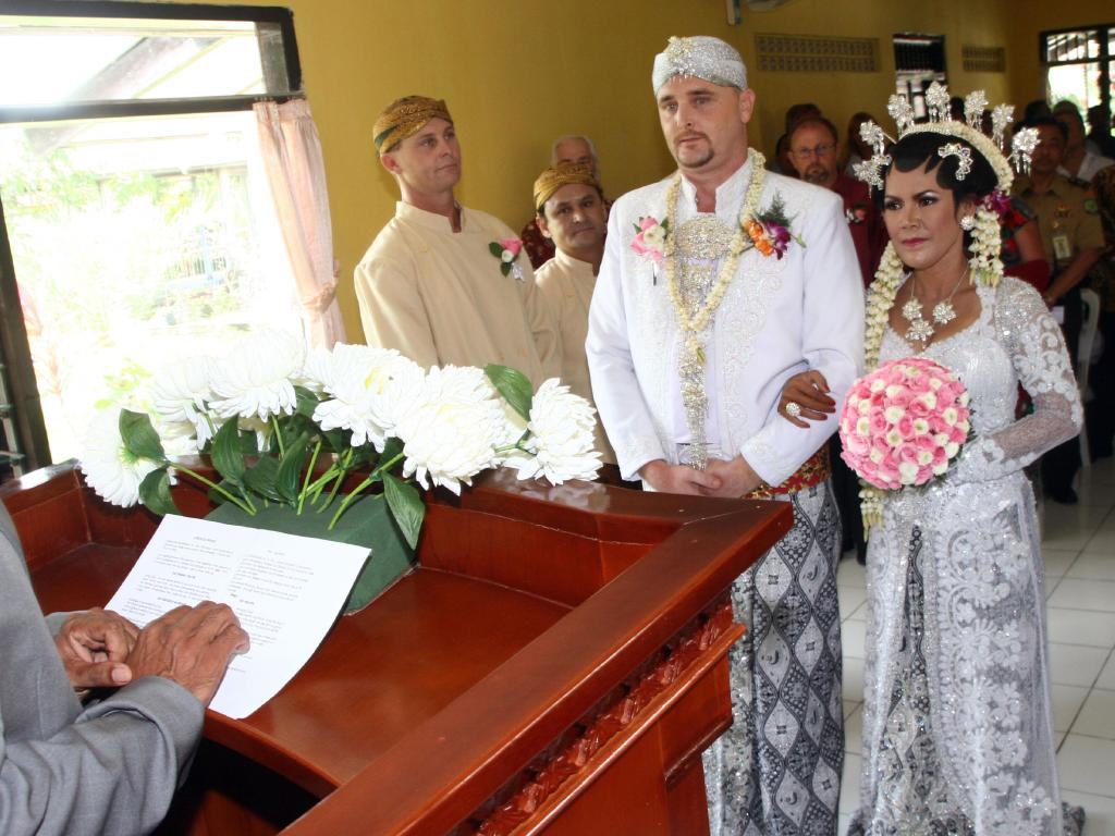 Martin Stephens marries Christine Winarni Puspayanti in Kerobokan jail.