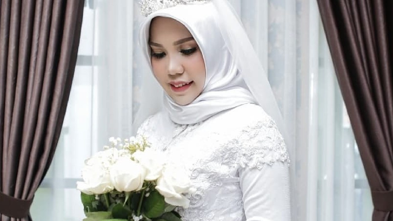 Intan Syari posted for photos in her wedding dress on what should have been the day she married her late fiance.