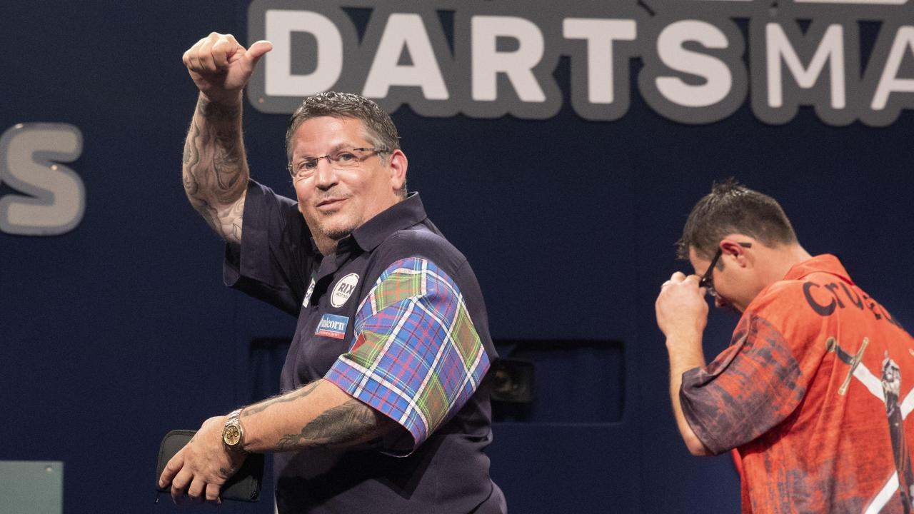 Gary Anderson (left) had his win clouded (AAP Image/Richard Walker)