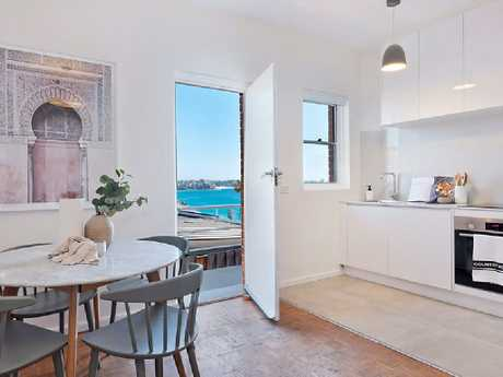 11/108 Bower St, Manly.