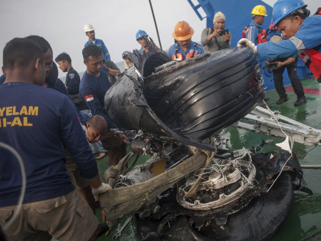 Rescuers inspect part of the landing gears of the crashed Lion Air jet they retrieved from the sea floor. Picture: AP/Fauzy Chaniago