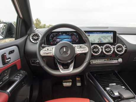 B-Class cockpit: Dual-screen display, outstanding interface and safety tech to rival S-Class
