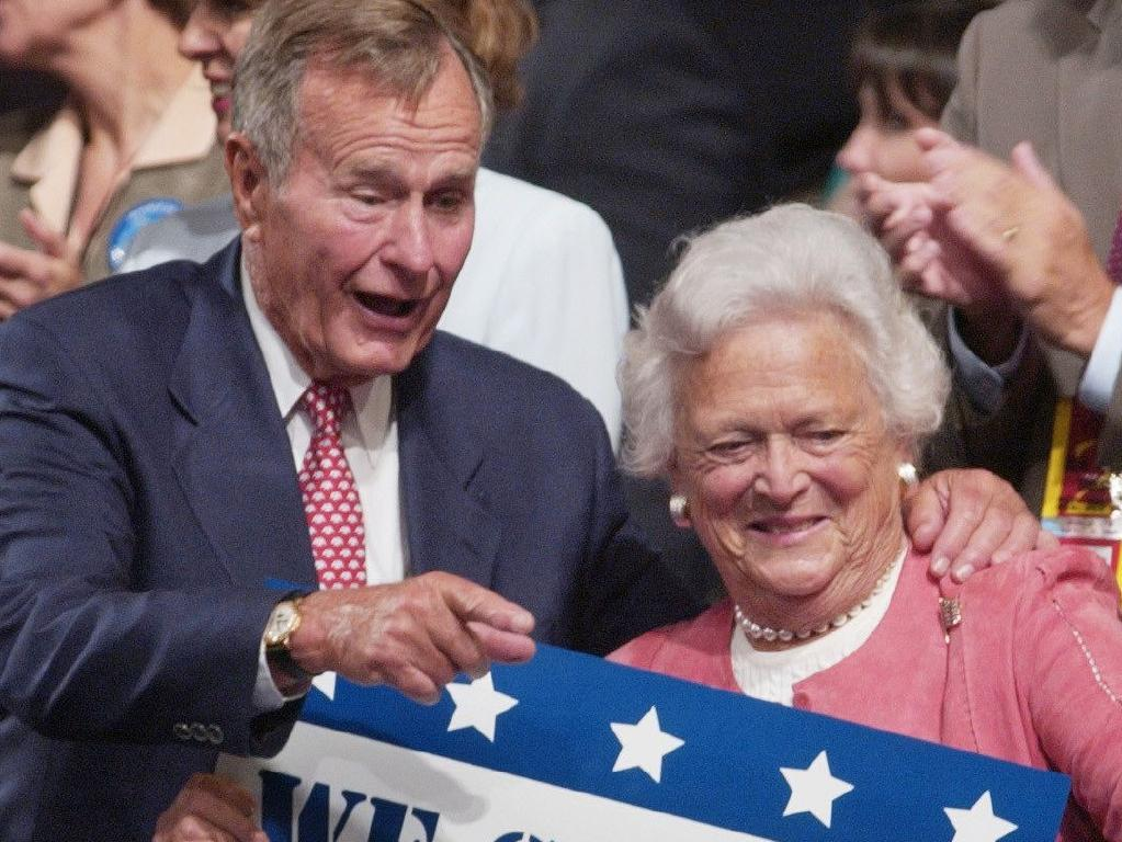 George HW Bush with his wife Barbara Bush in 2004.