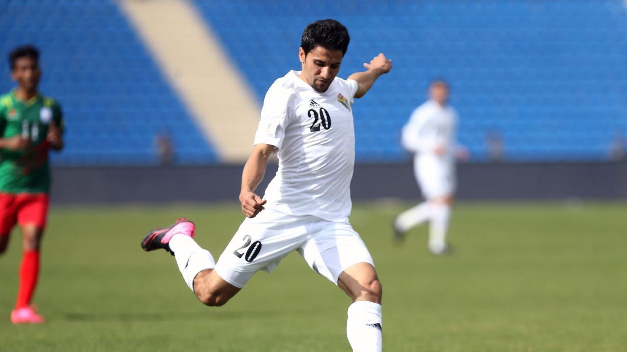 Jordan's player Hamza Al-Dardour (C)