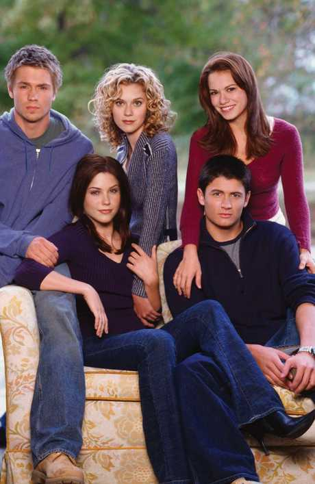 Bush (front, left) with her One Tree Hill castmates.