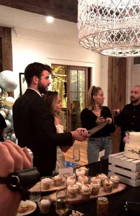 网传【小天后Miley Cyrus和雷神弟Liam已完婚】大爆庆祝派对现场照上【MR. & MRS.】的字眼,更引人注目!
