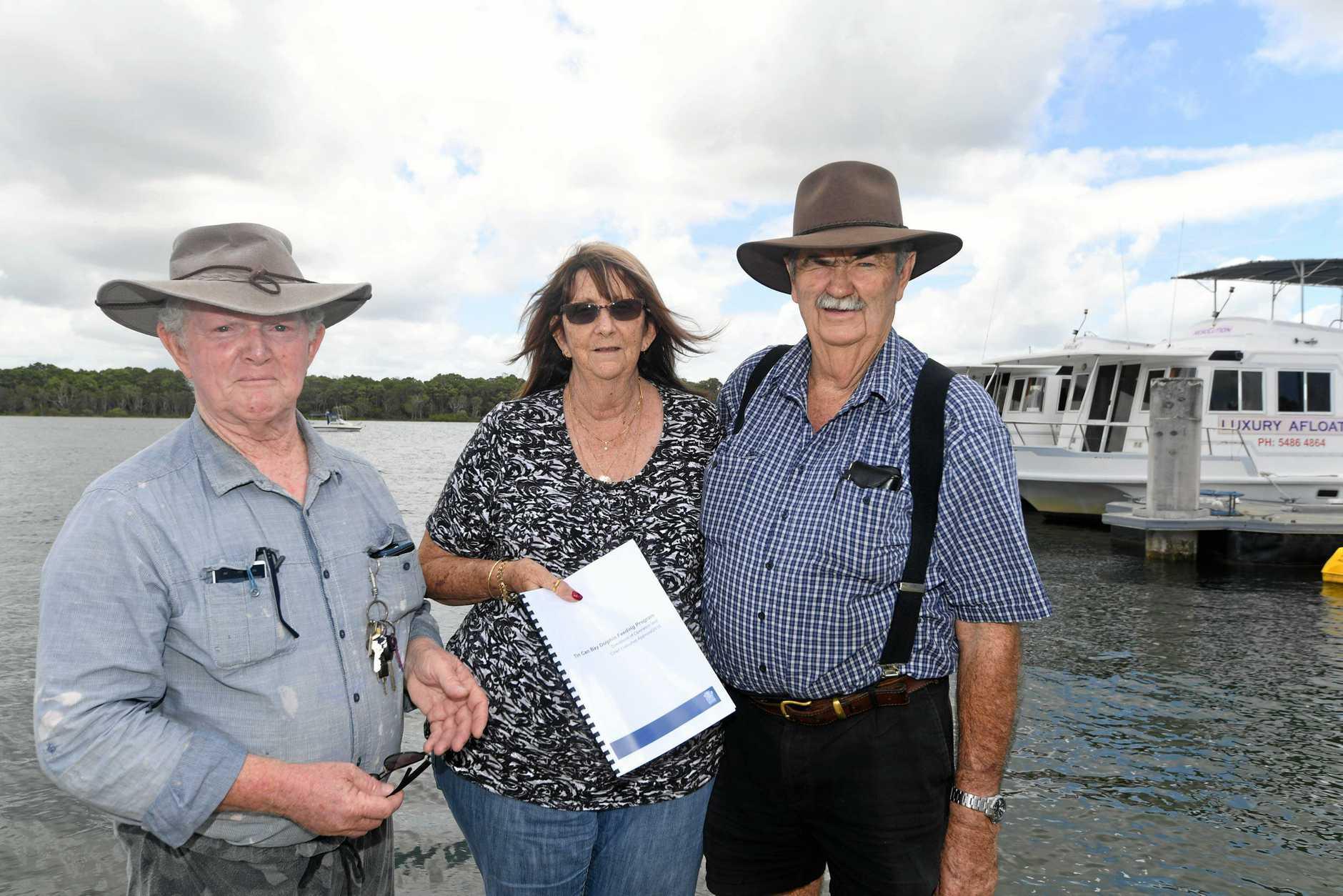 Joe McLeod, Jenny and Les Dunstan Dolphin feeders