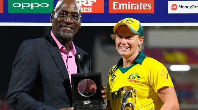 Alyssa Healy receives the player of the series award from Sir Viv Richards at the end of the ICC Women's World T20.