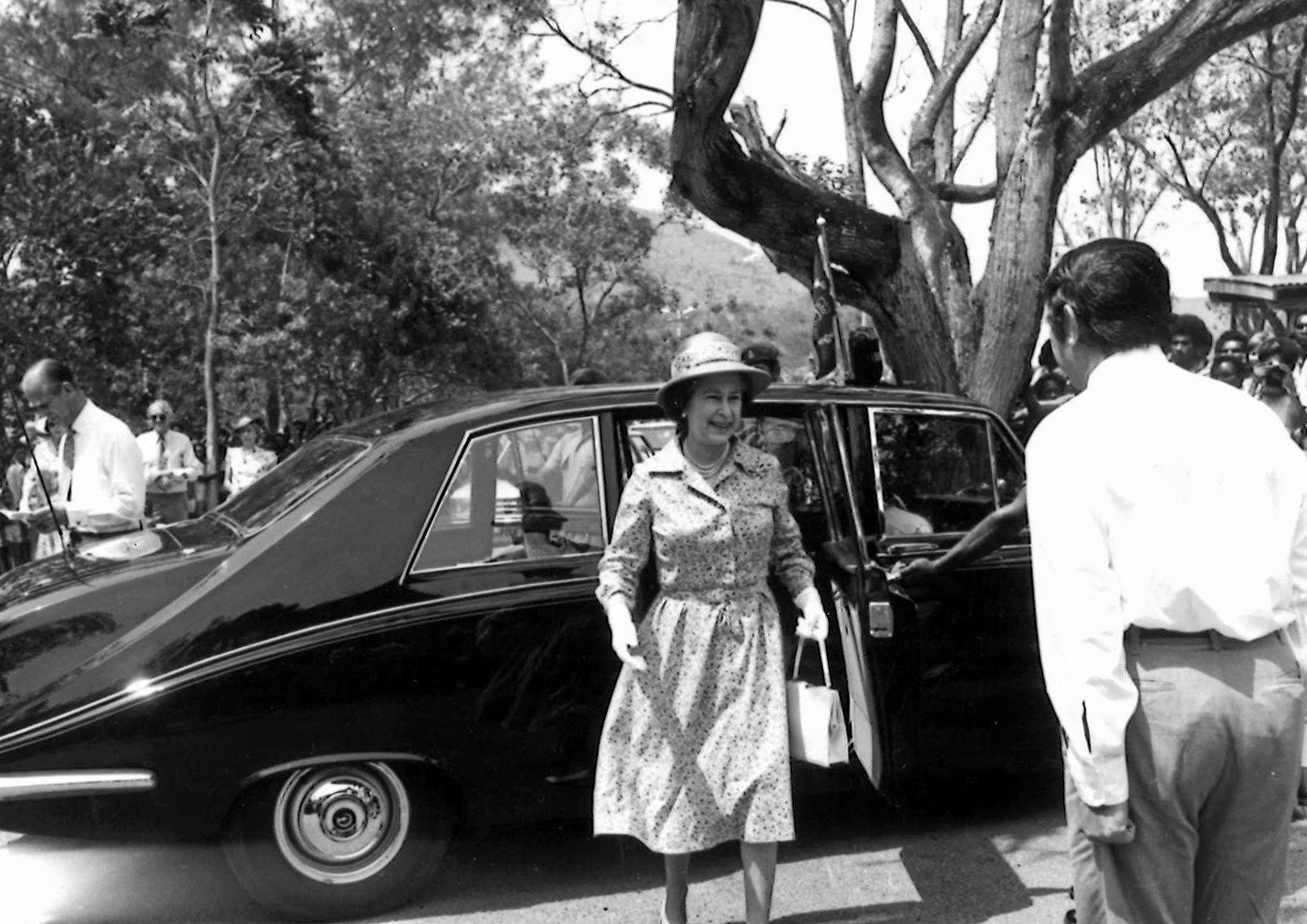 Sir Yocklunn welcomes HRH Queen Elizabeth II to Port Moresby in 1982