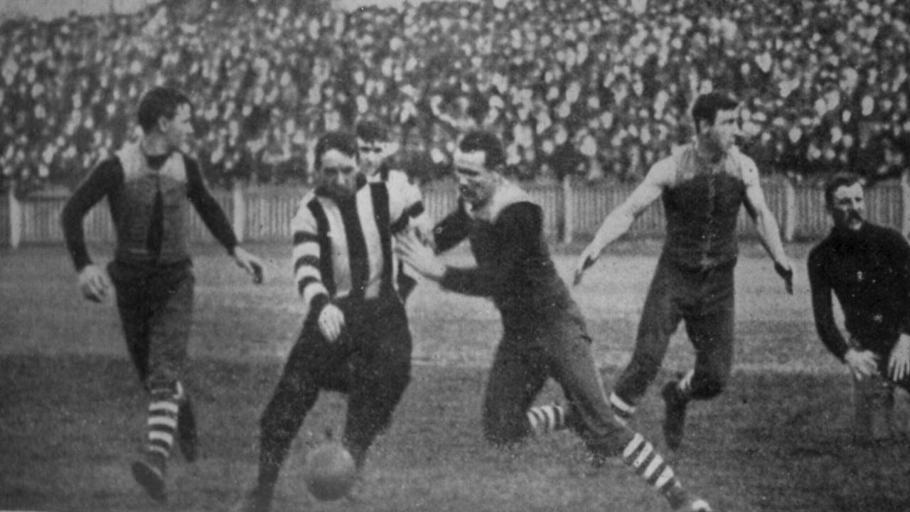 Herbert Pears of Collingwood leads Albert Trimm of Carlton to the ball in March 1903. Carlton have always worn navy blue with pride