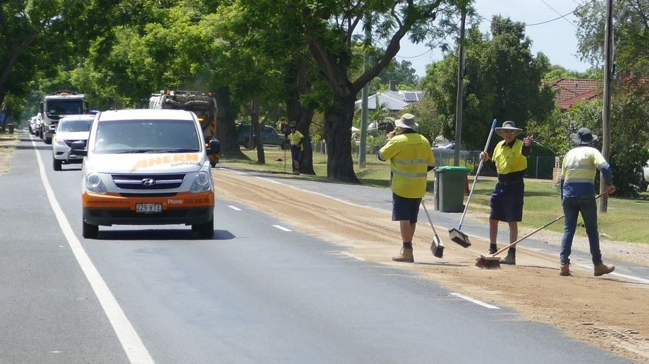 A 500-metre oil spill on the Gwydir Highway on the outskirts of South Grafton is creating traffic delays.