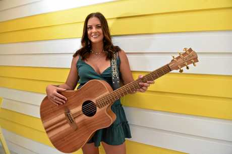 Noosa singer Taylor Moss was gifted a large tip while performing which will go towards her next recording.