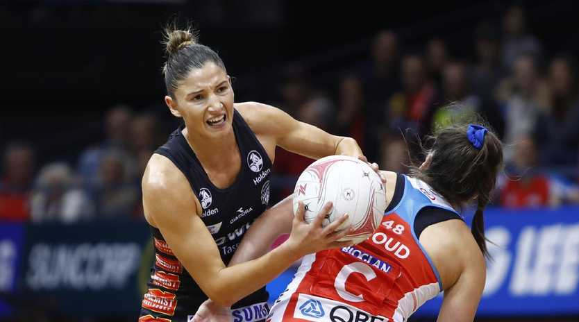 Kim Ravallion of the Magpies fights for the ball against Maddy Proud of the Swifts during a Super Netball match between the NSW Swifts and the Magpies Netball last year. (AAP Image/Daniel Munoz)