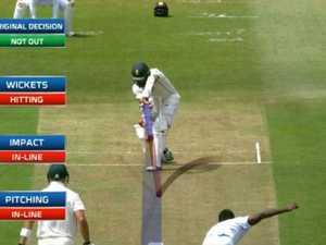 Umpire's blunder cruels Sri Lanka, baffles cricket legends