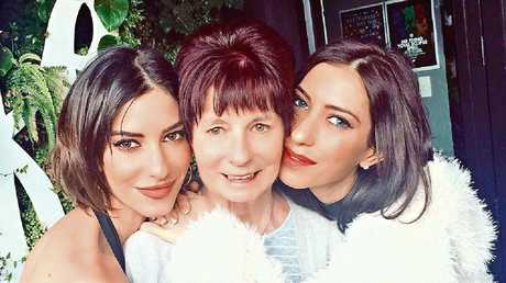 The twins with their mother. (Picture: Instagram/lisa_veronica)