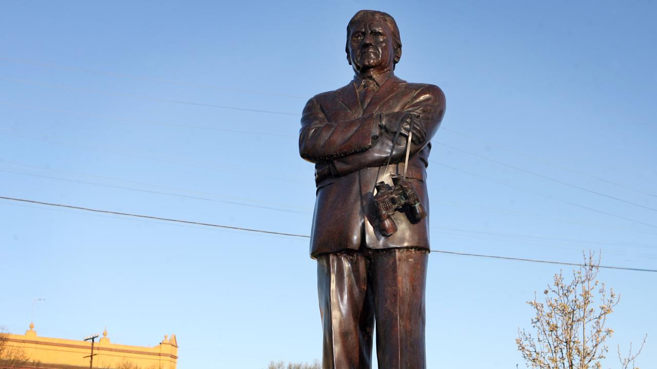Ray Warren statue in Junee.