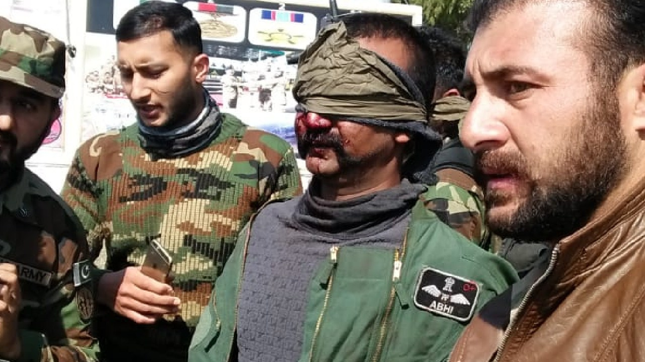 MOMENT When #IndianAirForce Pilot, Wing Commander Abhi was arrested alive after successful air combat with #PAF within Pakistani territory. Picture: Twitter / Pakistan Defence Command