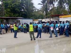 Manus asylum seekers left without food as guards protest