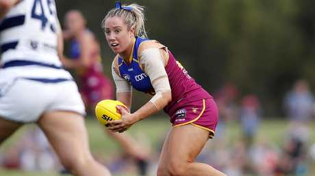 Jacqui Yorston looks for an option down field against Geelong.