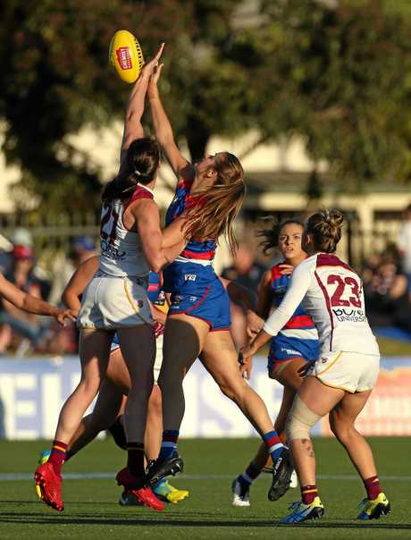 Jessy Keeffe of the Lions (left) contests ruck against Ellyse Gamble of the Bulldogs during the Round 4 AFLW match between the Western Bulldogs and the Brisbane Lions at Victoria University Whitten Oval in Melbourne, Saturday, February 23, 2019. (AAP Image/Hamish Blair)