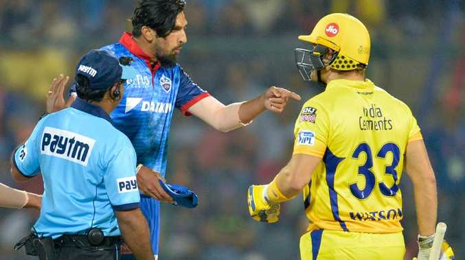 Delhi Capitals bowler Ishant Sharma (C) speaks with Chennai Super Kings batmsn Shane Watson (R) during the 2019 Indian Premier League (IPL) Twenty20 cricket match between Delhi Capitals and Chennai Super Kings at the Feroz Shah Kotla stadium in New Delhi, on March 26, 2019. (Photo by Sajjad HUSSAIN / AFP) / ----IMAGE RESTRICTED TO EDITORIAL USE - STRICTLY NO COMMERCIAL USE----- / GETTYOUT