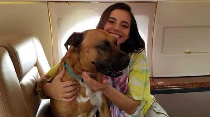 Pluto and Isabela Moner on board a private jet. Photo: Instagram - @plutogoodboi