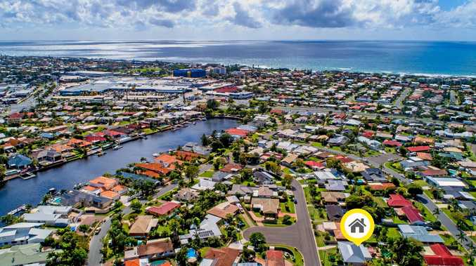 Attractive beachside entertainer set for auction