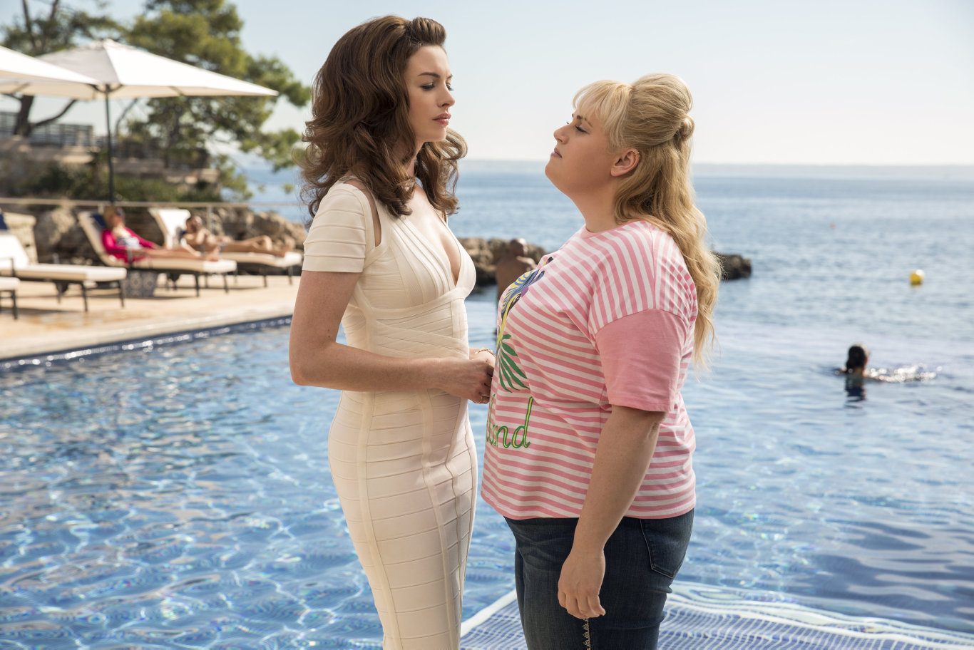 Anne Hathaway and Rebel Wilson in a scene from the movie The Hustle.