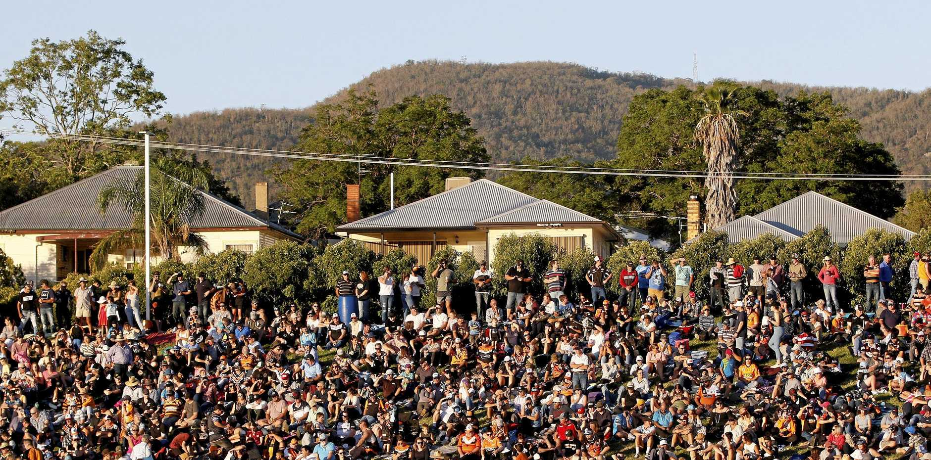 NRL fans crowd the Western hill before the Round 7 NRL match between the Wests Tigers and the Gold Coast Titans at Scully Park in Tamworth, Saturday, April 27, 2019. (AAP Image/Darren Pateman) NO ARCHIVING, EDITORIAL USE ONLY