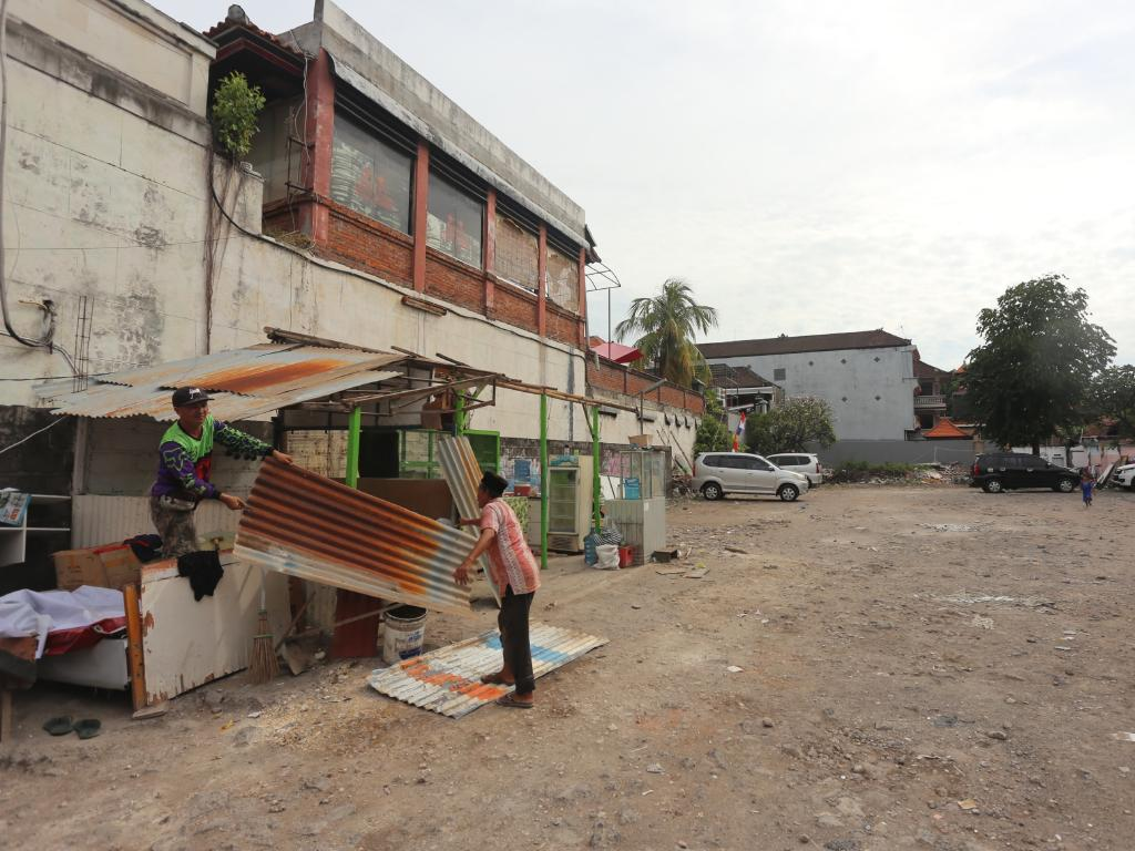 Workers start to clean up the site of the Sari Club for ready to be build a 5 floor restaurant and a monument on the rooftop. Picture. Lukman S. Bintoro