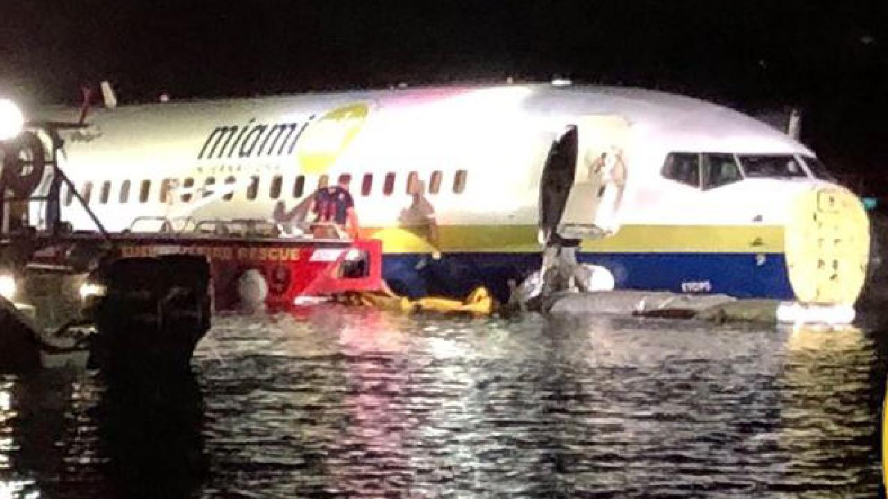 The 737 lying in the water at Jacksonville, Florida.