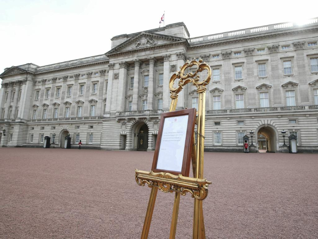 The world-famous easel is drawing in tourists as it stands in its traditional position in the Buckingham Palace courtyard. Picture: Yui Mok/Pool Photo via AP