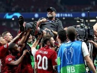 Jurgen Klopp celebrates with his players