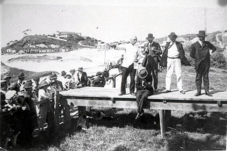 Quarantined travellers meet at the QLD-NSW border during the outbreak of Spanish influenza