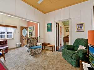 Classic beach house up for auction 14-06-2019 11.00