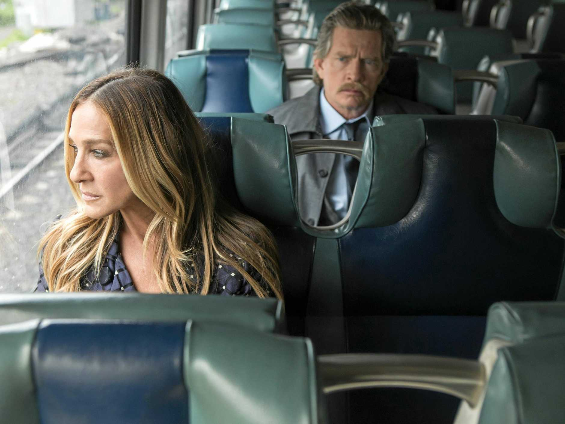 Sarah Jessica Parker and Thomas Haden Church in a scene from season two of The Divorce.