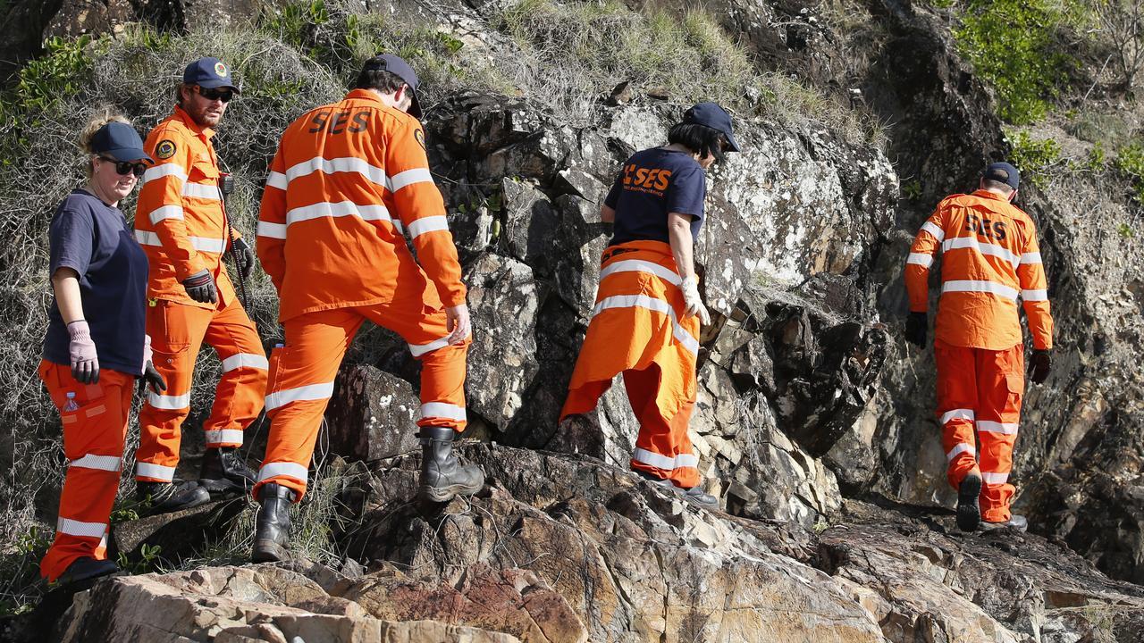 SES volunteers search for missing Belgian backpacker Theo Hayez around Watergos beach, Byron Bay. AAP Image/Regi Varghese