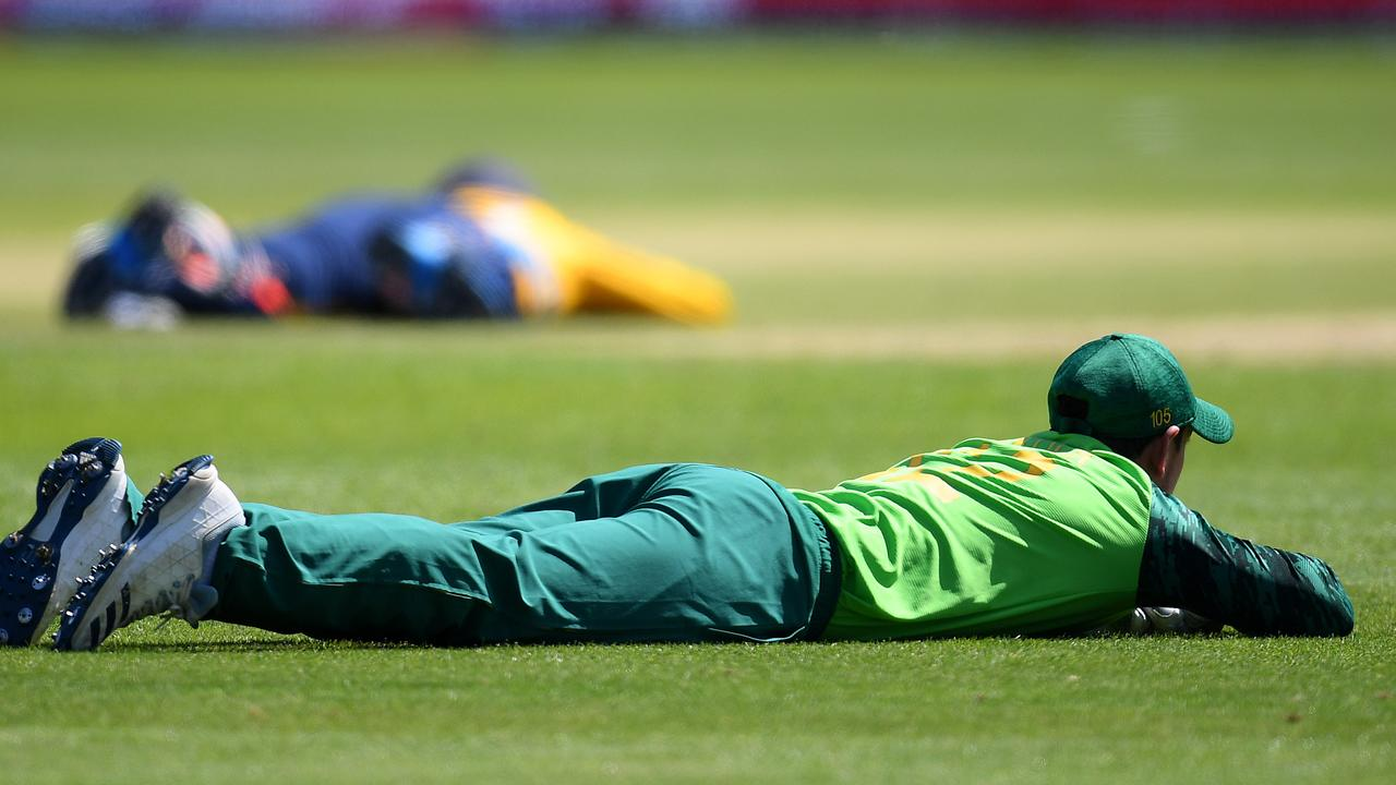The Sri Lankans and South Africans were forced to take an unusual break from the game.