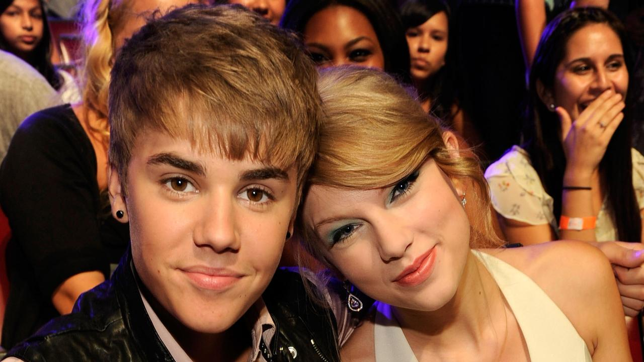 SJustin Bieber and musician Taylor Swift attend the 2011 Teen Choice Awards.