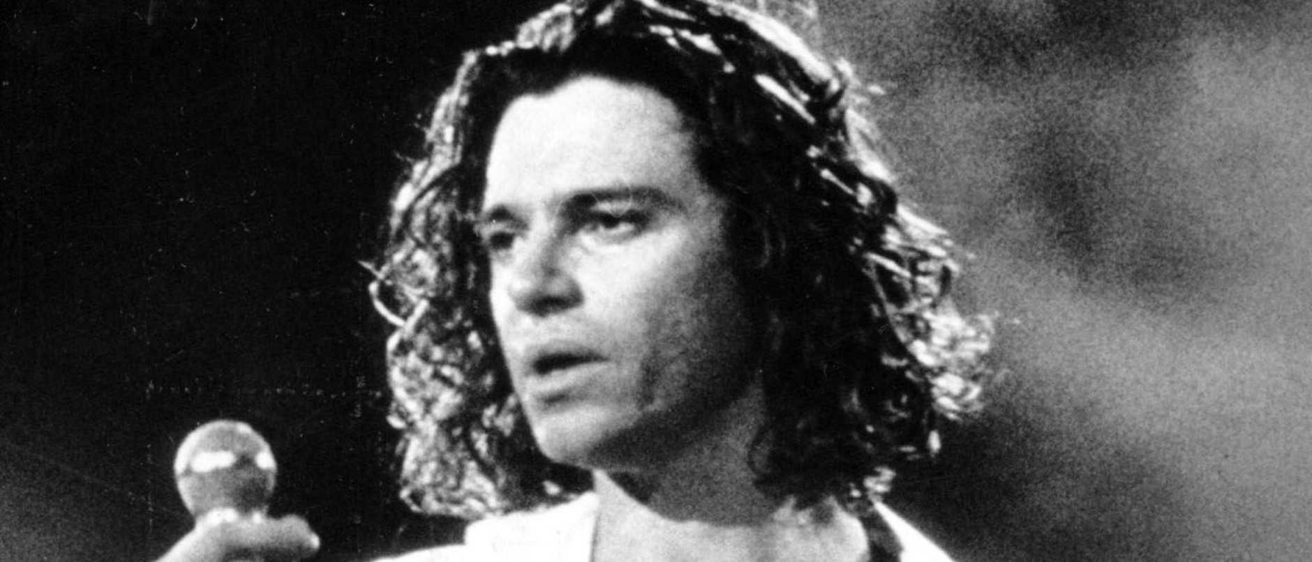 1992 : Singer Michael Hutchence from band INXS during a performance in Sydney in 1992. Pic News Limited. Historical Hutchence/Singer F/L INXS/Band