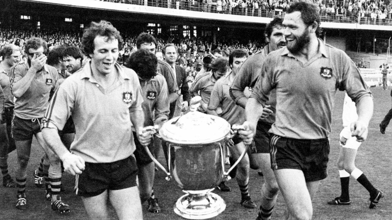 Paul McLean (L) and Mark Loane lead teammates on lap of the SCG with the Bledisloe Cup trophy after the win. Picture: Ian Mainsbridge