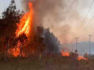 Damaging winds hamper efforts to contain bushfire