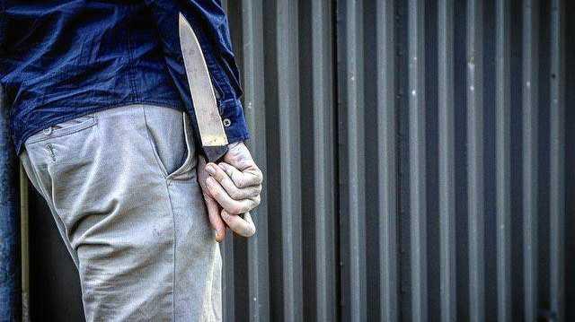 UPDATE: Police hunt for man with stolen knife, machete
