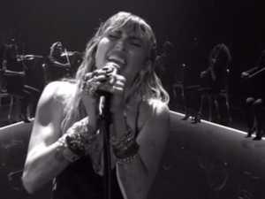 Miley breakup performance floors crowd